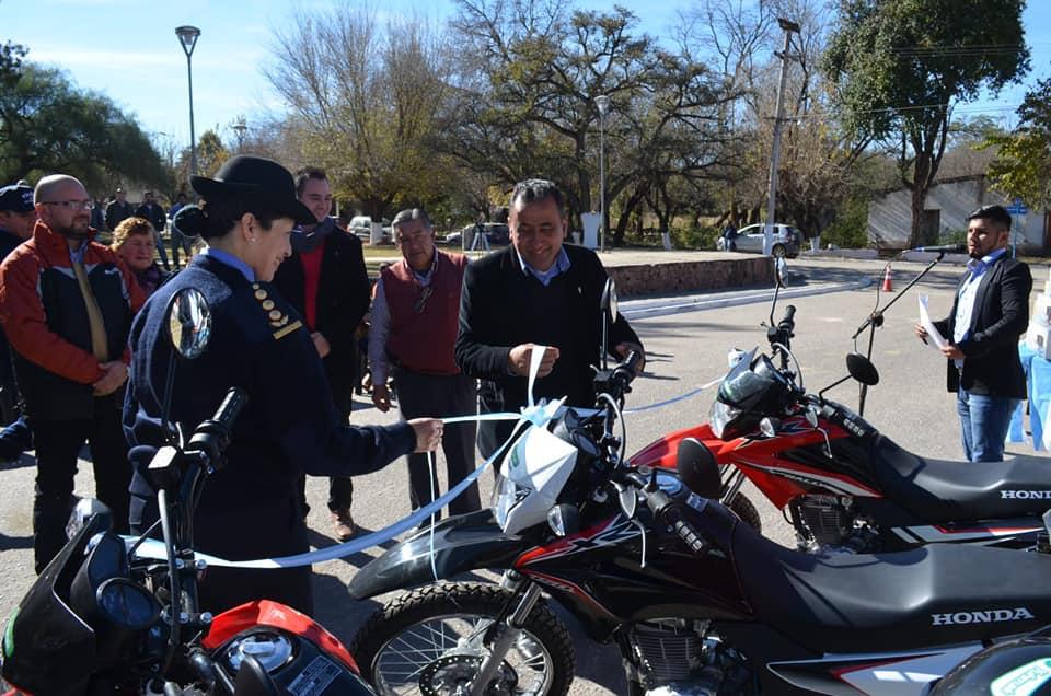 Municipalidad de Ancasti entrega elementos a la Policia y Juzgado de Paz