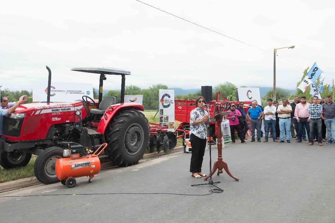 Lucía entregó maquinaria agrícola a Productores de Capayán