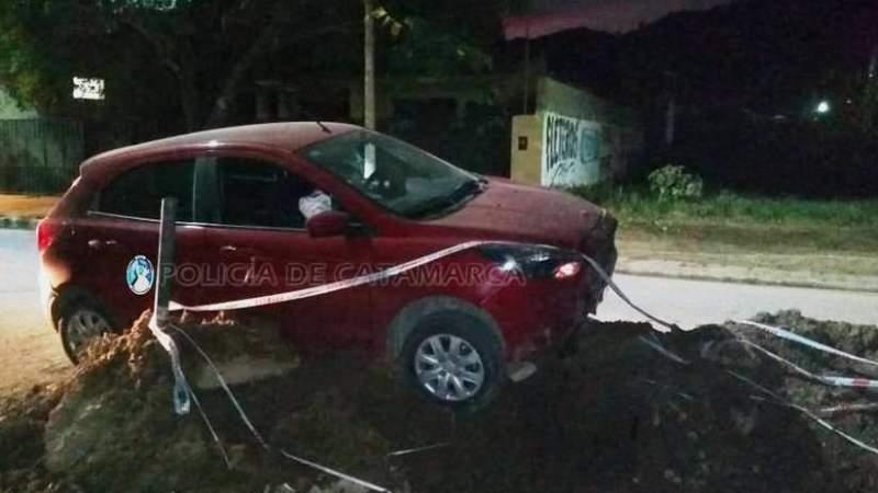 Perdió el control del auto y terminó impactando en un montículo de tierra