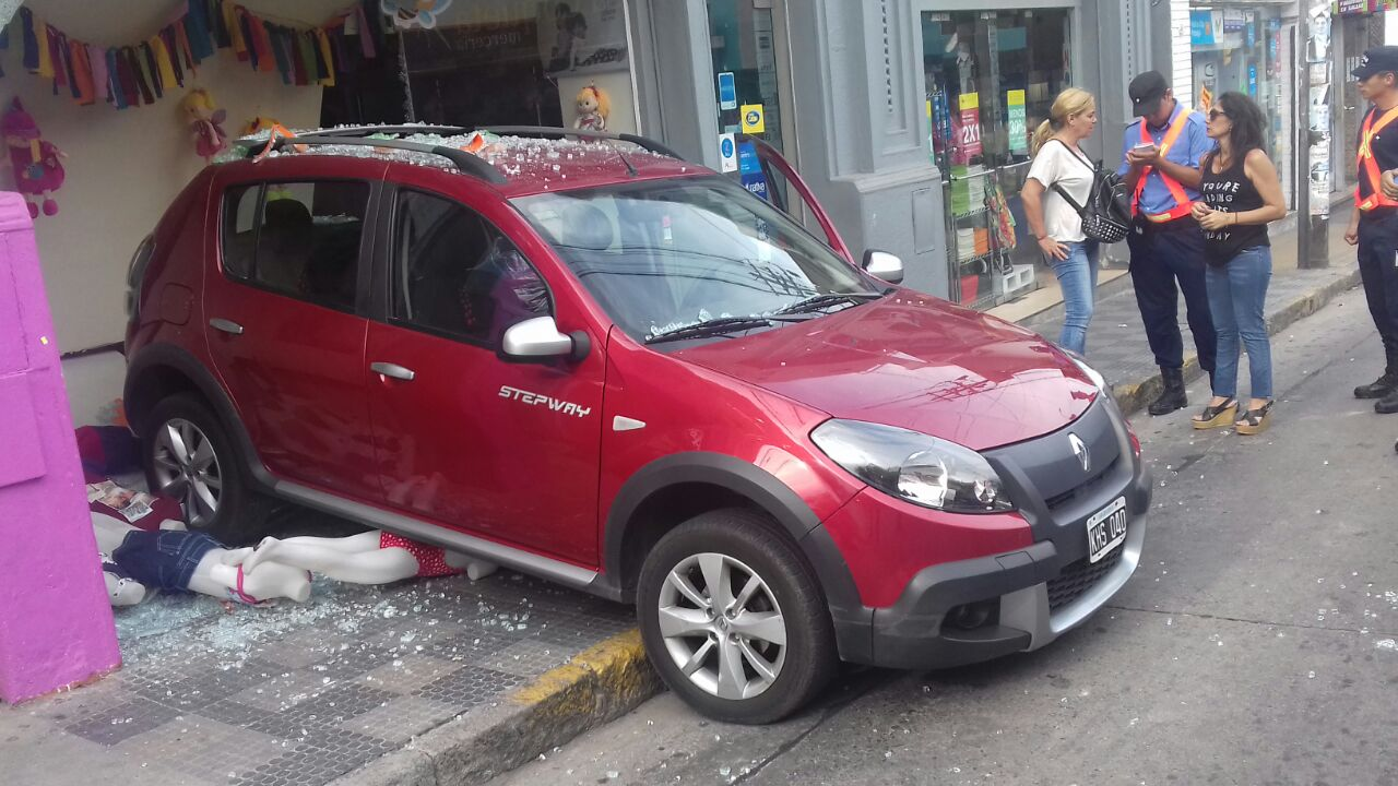 Hizo marcha atrás, atropelló a peatones y se incrustó en una vidriera