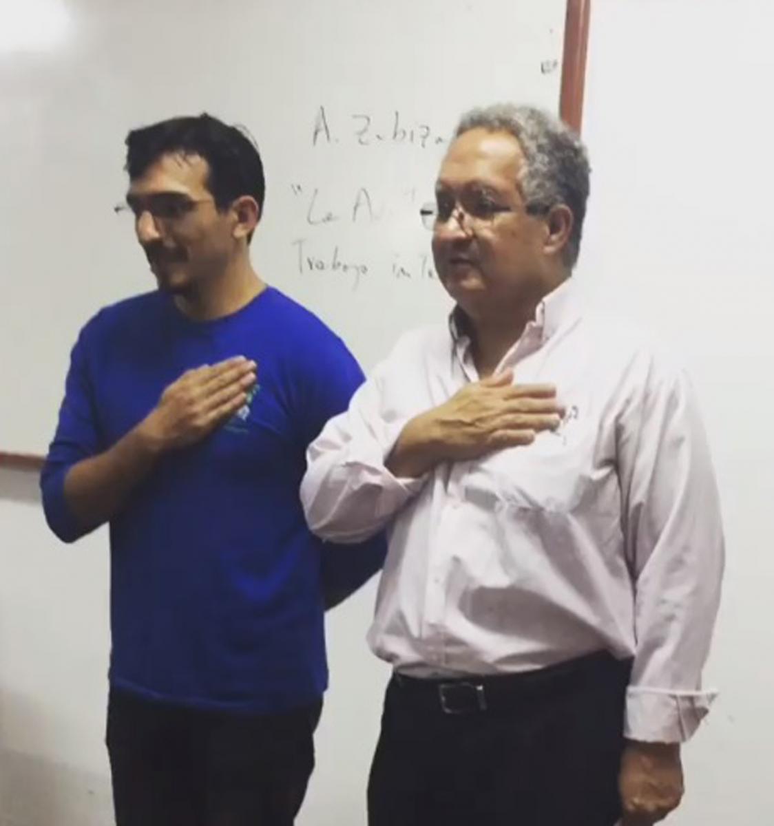 Alumno llego tarde a clases y su profesor lo hizo cantar el himno