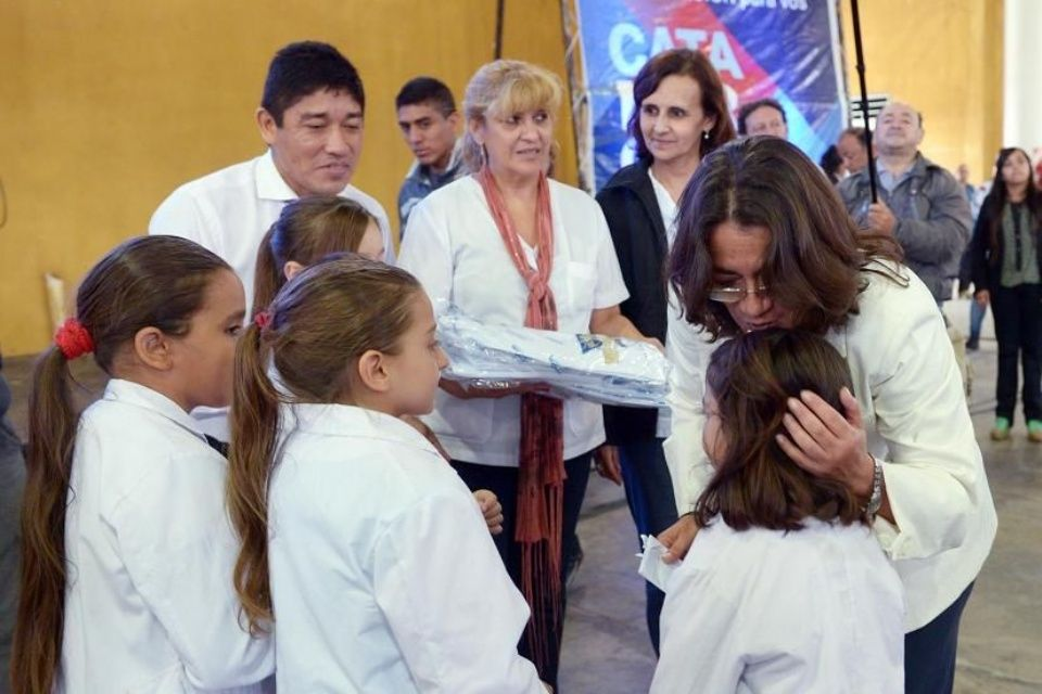 Alumnos de todas las escuelas de la provincia recibirán su guardapolvo