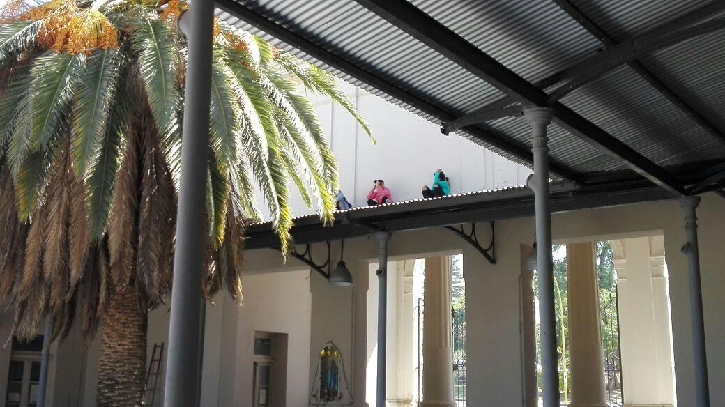 Mujeres piden trabajo subidas en los techos del Palacio Municipal