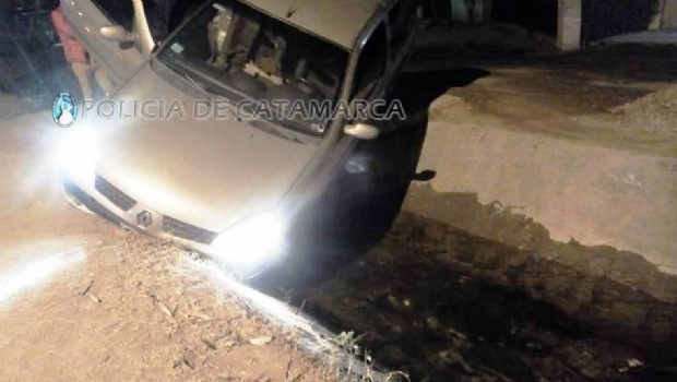 Un auto cayó a un canal de riego en Valle Viejo