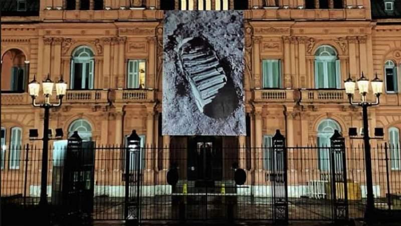 La Casa Rosada conmemoró con una gigantografía la pisada humana en la luna