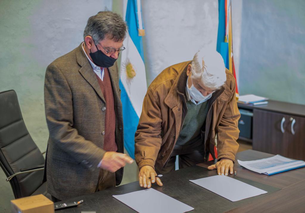 Firman convenio para mejorar la producción avícola provincial