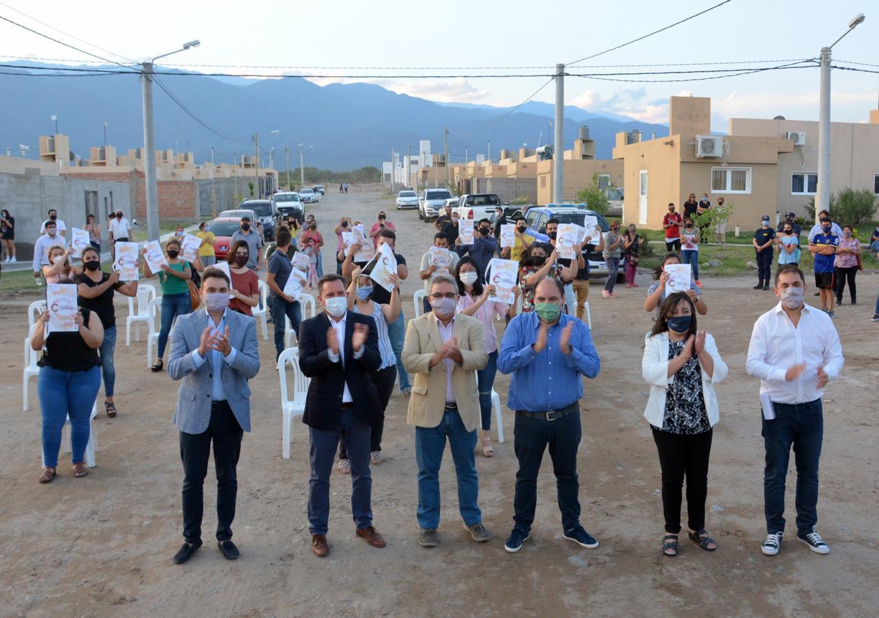 Raúl entregó nuevas viviendas para solteros y solteras en Valle Chico