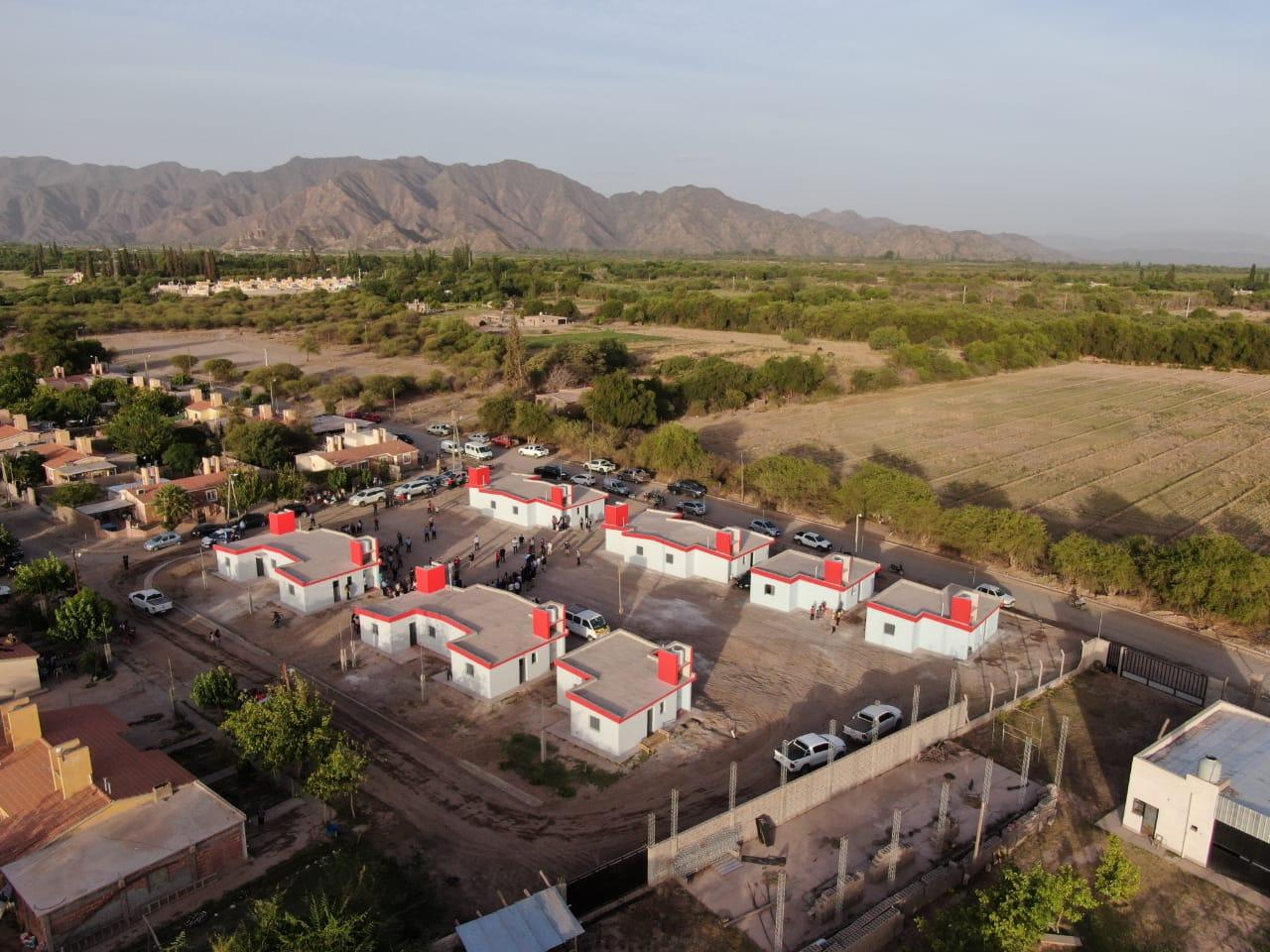 Raúl y el equipo de gobierno concluyeron la gira por el Oeste inaugurando obras y entregando más unidades habitacionales