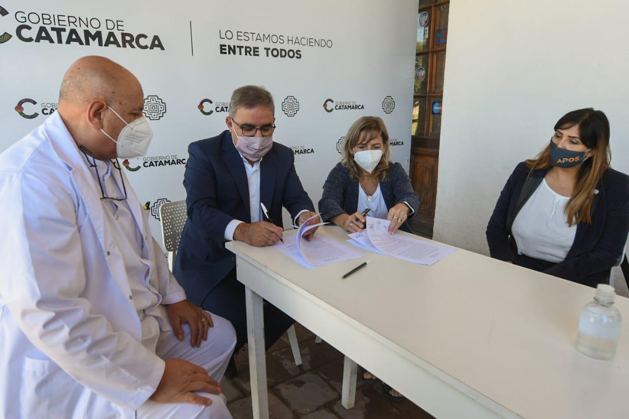 Raúl firmó convenio para extender servicios de OSEP a residentes catamarqueños en La Rioja