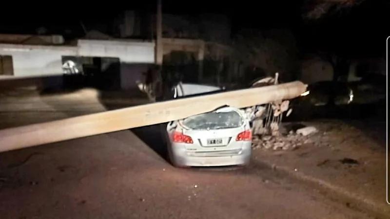 Por los fuertes vientos, una columna se desplomó sobre un automóvil