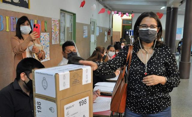 Lucía votó en el Colegio Quintana